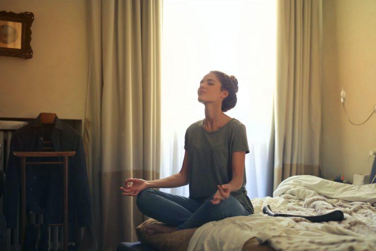 femme qui médite pour réduire le stress de son quotidien